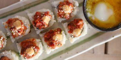Wagyu Beef Tartare Roll. Tartar de res, mostaza con gochujang, aguacate, ajonjolí y huevo pochado. Foto:Fuente externa