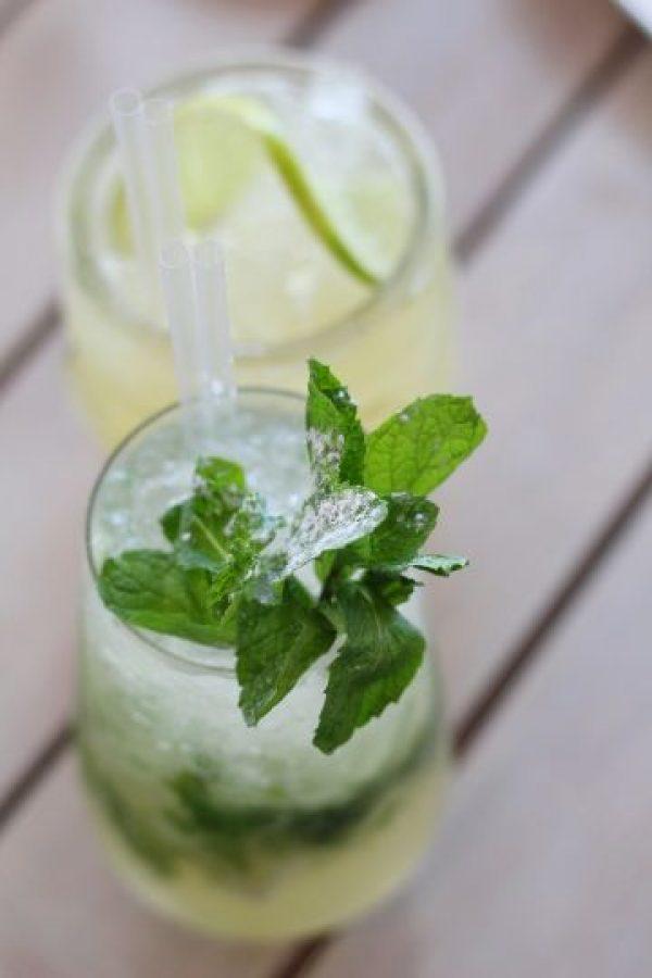 """Desde el bar. Probamos el """"Tokyo Mule"""" (vodka, pepino, cerveza de jengibre, lima, sake framboise) y el """"Umeshu Mojito"""" (ron blanco, menta, lima, umeshu y hierba buena). Foto:Fuente externa"""