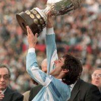 Enzo Francescoli tuvo el honor de levantar una de las quince copas que ha ganado Uruguay Foto:AFP