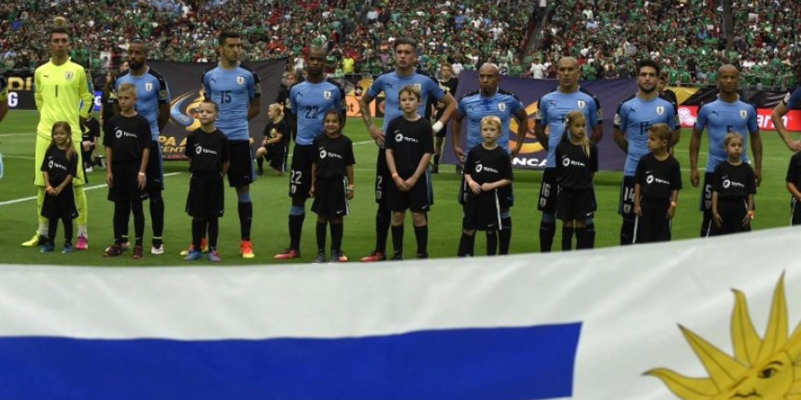 Los charrúas no empezaron nada de bien el partido y tuvieron que escuchar el himno chileno en vez del suyo en la ceremonia previa al partido Foto:AFP