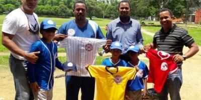 Academia Deportiva Luisito Mercedes entrega uniformes a los beisbolistas