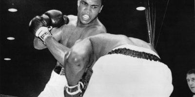 """3) Peleas épicasDurante su brillante carrera, Ali actuó en algunos de los combates más épicos en la historia del boxeo. Considerada una de las mejores peleas de boxeo del siglo XX, Ali-Frazier III, """"The Thrilla in Manila"""", fue un brutal festival de puñetazos de 14 rondas. Otra gran pelea fue la llamada """"Rumble in the Jungle"""": ese evento histórico de boxeo se llevó a cabo en 1974 en Kinshasa, Zaire (actual República Democrática del Congo). Ali ganó por nocaut, bajando a Foreman. Foto:Fuente Externa"""