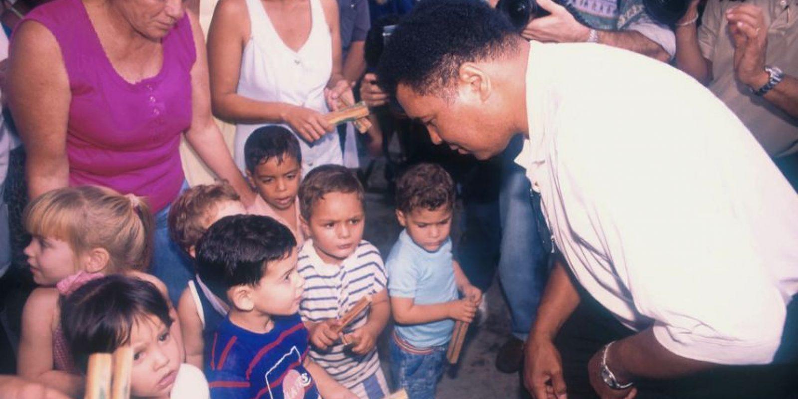 4) Trabajo humanitarioOtro aspecto que se recuerda de la figura de Muhammad Ali era su trabajo humanitario. Él proporcionó más de 232 millones de comidas a los hambrientos del mundo. Viajando a través de los continentes, entregó comida en mano y suministros médicos a los niños de Costa de Marfil, Indonesia, México y Marruecos, entre otros países. Por sus esfuerzos humanitarios, Muhammad recibió innumerables premios. Foto:Fuente Externa