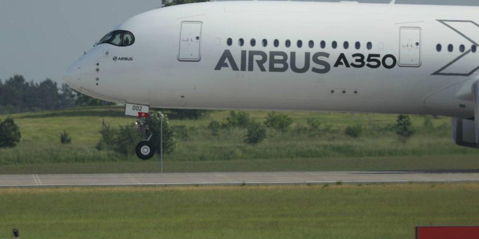 El A350 es la primera aeronave diseñada por Airbus en la que tanto el fuselaje como las estructuras del ala están formadas principalmente por materiales compuestos. Foto:Getty Images