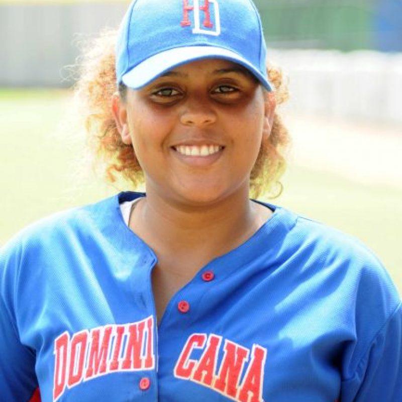 """Lisbeth Sánchez/Tercera base. Esta antesalista alardea de su bate y es una joven veterana, ya que es de las que tiene más tiempo de experiencia en este grupo Sub-20. """"Mi guía ha sido mi padre Juan Alberto Sánchez, quien ha jugado softbol y béisbol. Comencé en el 2009 a jugar softbol y pasé por la RBI. Luego en el 2012 ahora pasé a béisbol y lo estoy disfrutando, Tengo 19 años y pronto entraré a la universidad. Juego la posición que sea ya que soy una de las más veteranas y tengo que estar disponible. Vamos a lograr muchas cosas """". Foto:Fuente externa"""