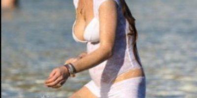Lindsay Lohan recupera sus curvas y las luce en vacaciones con su novio
