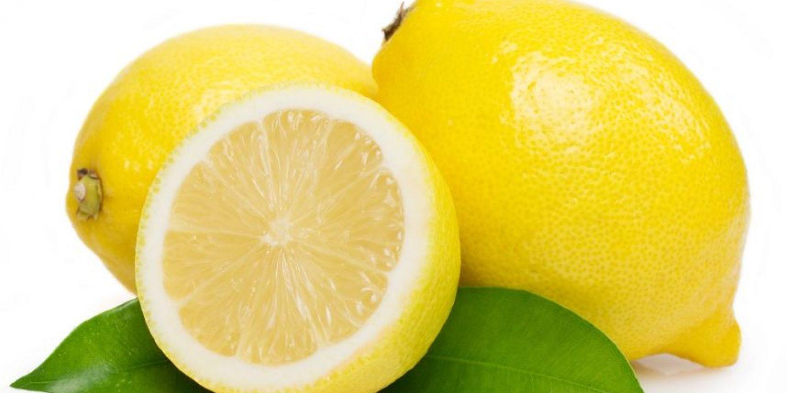 El limón. Es una fruta que no debería faltar en tu plan de nutrición. El jugo de esta fruta ayuda a licuar las grasas, además, incrementa el flujo linfático, el flujo de la sangre y reduce las celulitis.Consumido en ayunas, mezclado con un vaso de agua, es un remedio sencillo que te permite depurar el organismo, te ayuda a eliminar toxinas y quemar lípidos, te aporta vitamina C y fortalece tu sistema inmunológico. Foto:Fuente externa