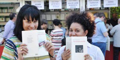 Rosa Silverio y Marielys Duluc intercambiando poemarios. Foto:Fuente externa