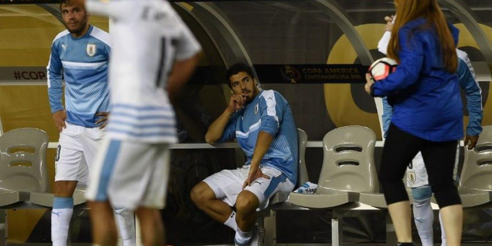 Además de pegarle a la banca, Suárez lanzó el peto de la Copa América Centenario Foto:AFP