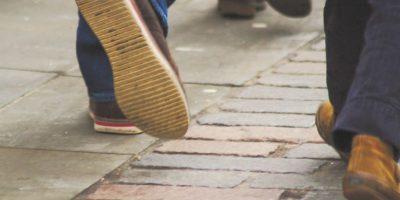 2- Problemas para caminar. Percibir una sensación de calambre en la espalda o debilidad en una o ambas piernas –si no se atienden a tiempo– pueden derivar en una discapacidad que obligue a utilizar silla de ruedas. Para evitar secuelas –dependiendo de la gravedad del daño causado por el brote, que consiste en la exacerbación de los síntomas, y también conocido como recaída– es necesario un diagnóstico oportuno. Foto:Fuente externa