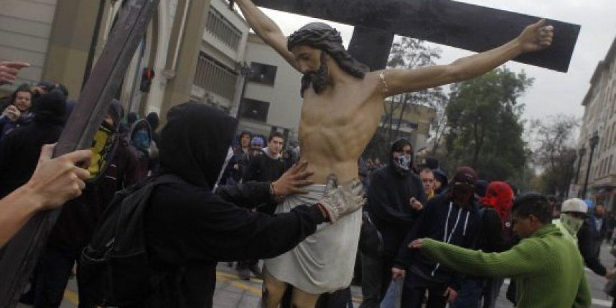 En Chile saquean iglesia y destruyen Cristo histórico