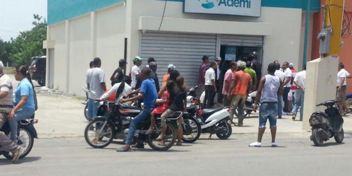 Desconocidos hieren vigilante en asalto a sucursal del Banco Ademi en La Vega