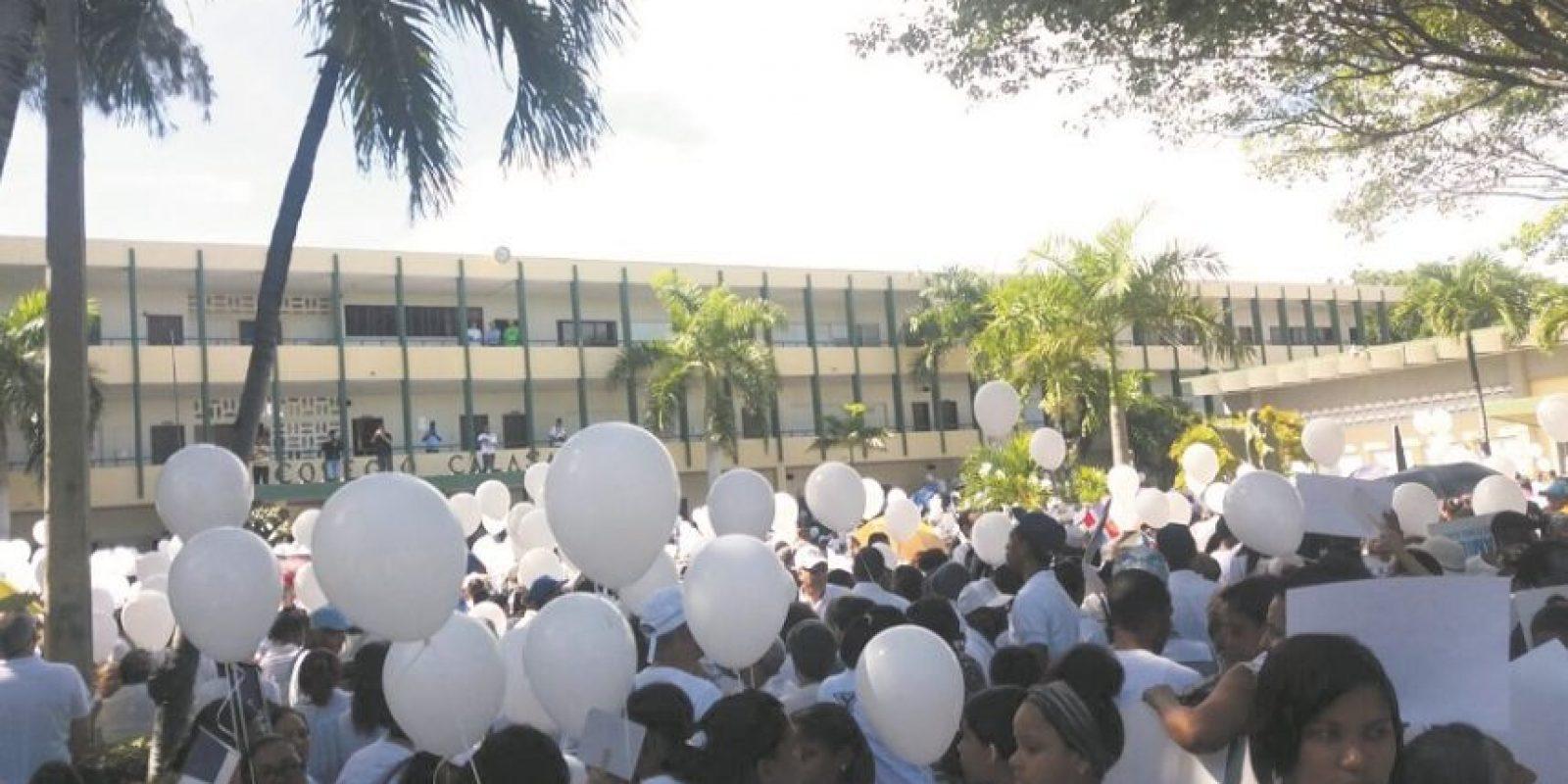 """Vestidos de blanco y con globos en mano se apostaron con un """"Sí"""" a la sostenibilidad. Foto:Fuente externa"""