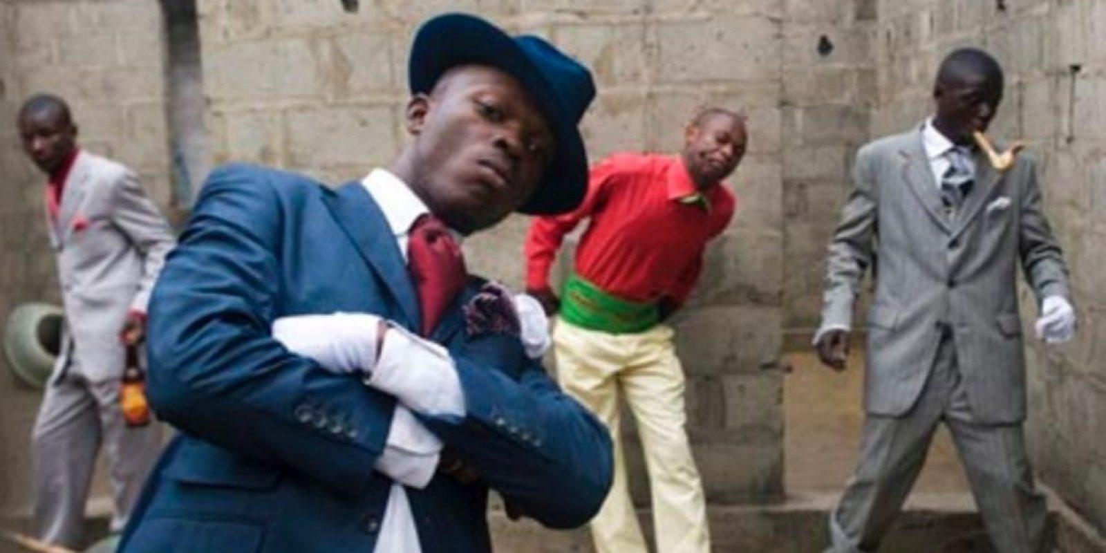 """4- Sapeurs ( Brazaville y Kinshasa, Congo). """"La Sape"""" o la """"Société des Ambianceurs et des Personnes Elégantes"""", es un movimiento que lleva desde los años 20, en el que se replica el look dandy impulsado desde la colonización europea. De esta manera, se adquirió la elegancia propia de la vestimenta del hombre blanco, que hace un curioso contraste en medio del ambiente tropical, chocante y paupérrimo de algunas zonas del Congo. El diseñador Paul Smith presentó una colección hace seis años inspirados en ellos. Asimismo, Los caballeros de Bacongo es un libro que recoge su estética. Solange Knowles también mostró su estética, colorida y extravagante, en un video. Ahora tienen influencias de Yohji Yamamoto e Issey Miyake. Foto:Fuente externa"""