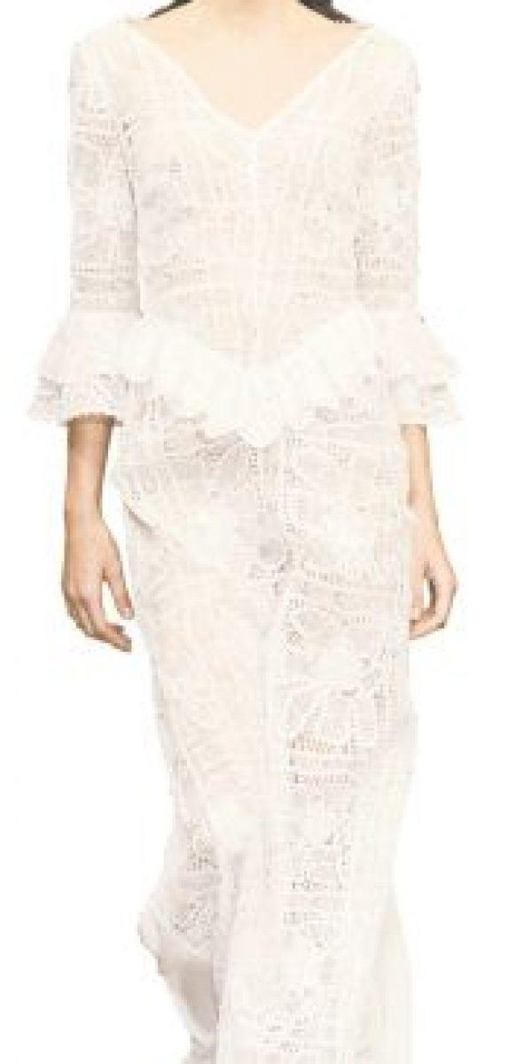 """Almerinda María. La diseñadora presentó su colección """"Lujo en el Paraíso"""", inspirada en los colores de la tierra. Lujo, feminidad, sensualidad y elegancia brillan en cada una de sus creaciones.Su fuente de inspiración fueron los íconos de la moda impuestos por Audrey Hepburn en cintas como Breakfast at Tiffany's y Funny Face, que simbolizan el buen gusto, la audacia y el glamour.Para Almerinda, el bordado es lo que dicta la forma del vestido, la camisa o la falda.Mangas con volumen, faldas tipo sirena y escotes trapecio son las propuestas de la diseñadora, quien les apostó a los colores blanco, nude y negro para darle forma a su propuesta. Foto:Fuente externa"""