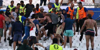 Sin embargo, no sólo en las calles se pelearon y también tuvieron enfrentamientos con los rusos en el estadio Foto:Getty Images