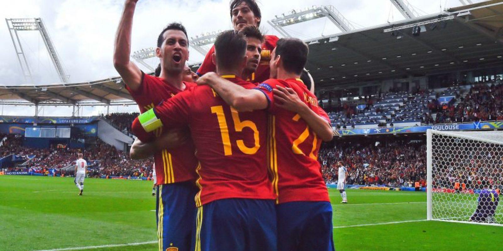 Mientras todos estaban locos celebrando, Gerard Piqué no le quitaba la mirada a los hinchas Foto:Getty Images