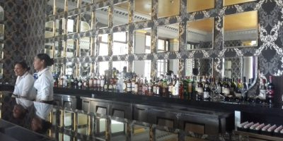 6- Vino Vino. Es un piano bar cuya especialidad es el vino. Sus amplios y acogedores salones están diseñados para que sus visitantes disfruten una inolvidable tarde de vino entre conversaciones y buena música, mientras juegan villar. Está disponible todos los días en el horario estelar de 7:00 p.m. a 1:00 a.m. Foto:MetroRD