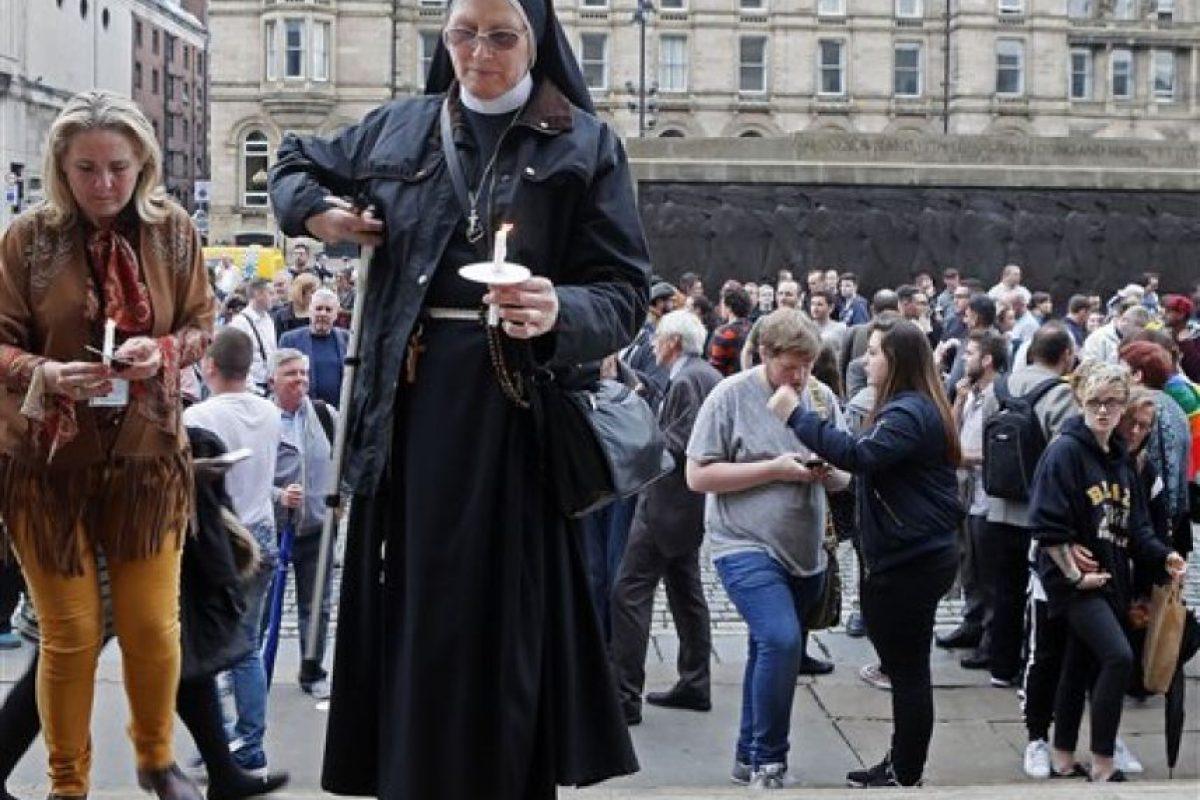Distintas personas se congregaron en distintas plazas para guardar luto. Foto:AP
