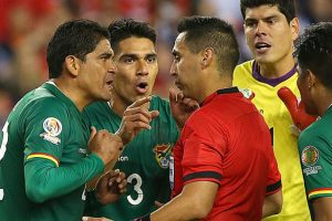 Luego, en el partido entre Chile y Bolivia, Jair Marrufo cobró penal en favor de al Roja tras una mano en el área Foto:Getty Images