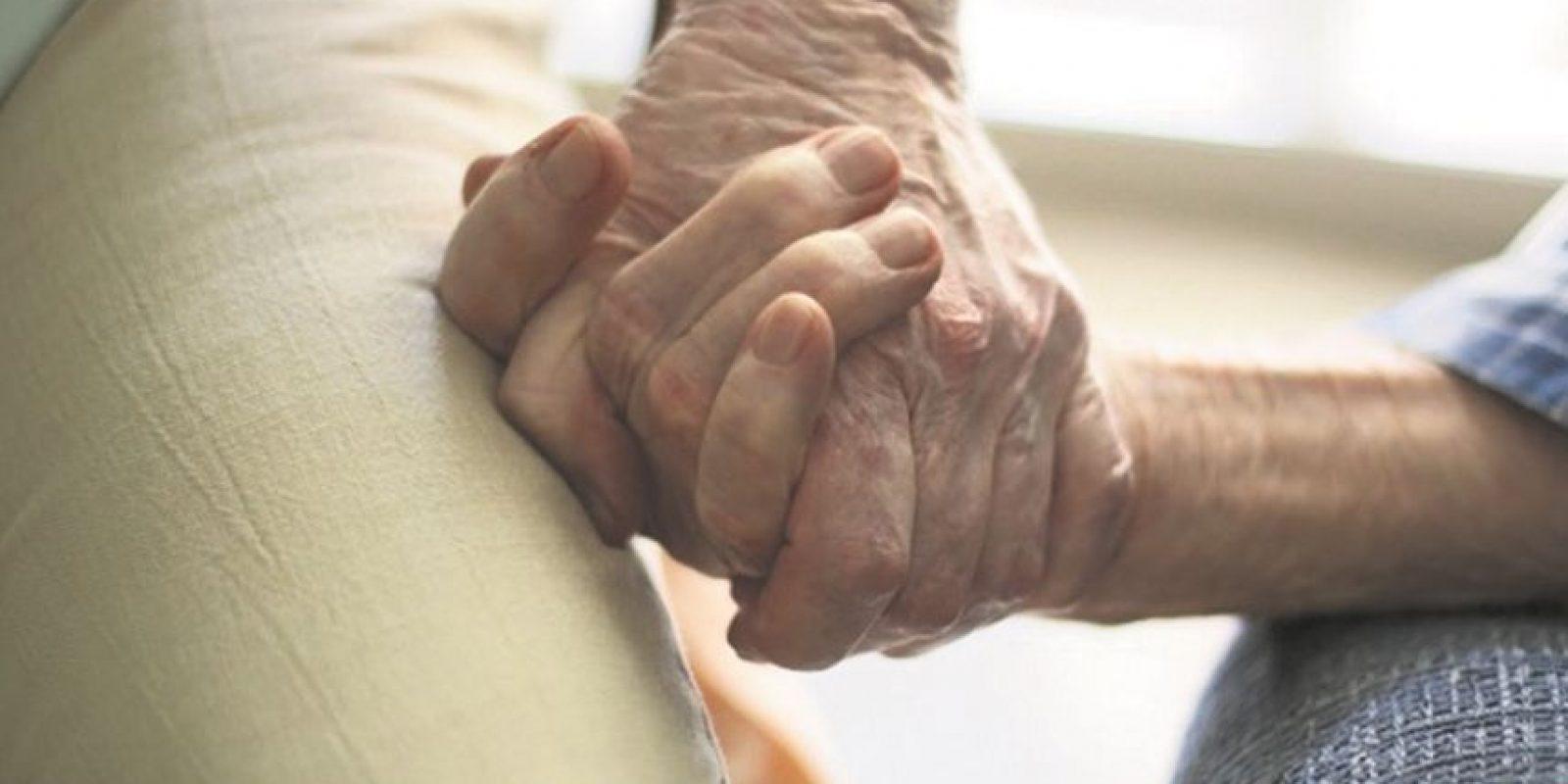"""2- Empatía: """"Capacidad de identificarse con alguien y compartir sus sentimientos. Sentimiento de identificación con algo o alguien""""."""