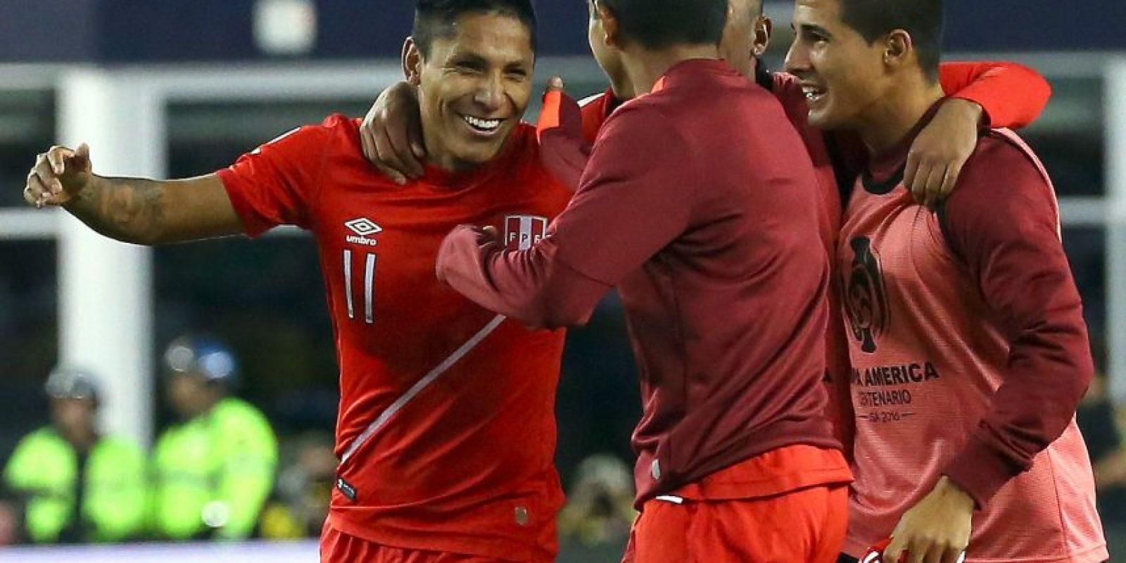 Perú venció en el Grupo B y clasificó a la siguiente ronda tras ganar de forma polémica a Brasil. El gol con la mano de Raúl Ruidíaz le permitió a los incaicos vencer por 1 a 0 y asegurar su cupo en la siguiente fase Foto:Getty Images