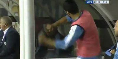 3- El enojo de Luis Suárez. Luis Suárez está lesionado. Sufrió un desgarro en la final de la Copa del Rey en el cierre de la temporada con Barcelona. Pero el jugador tenía ganas de entrar aunque sea unos minutos en un partido decisivo para Uruguay ante Venezuela.Sobre el final, Suárez se quitó la pechera y estaba dispuesto para entrar, pero desde el banco le dijeron que no podía hacerlo. El atacante reaccionó con mucha ira contra el cuerpo técnico y golpeó las separaciones del banco de suplentes. Su hermano increpó luego al DT uruguayo a través de la prensa, sin embargo Luis Suárez más tarde saldría en defensa de su DT y no de los dichos de su hermano. Foto:Fuente externa