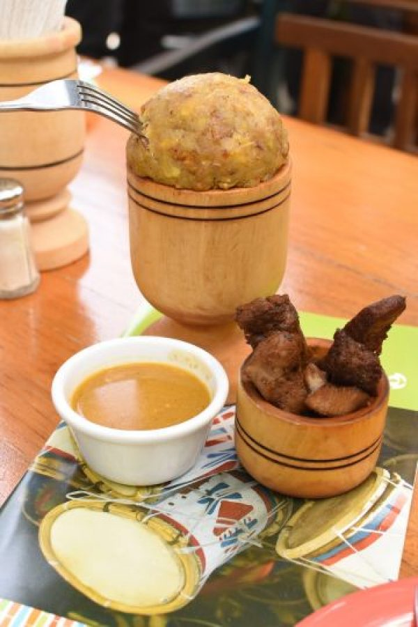 Mofongo Combi Tradicional. Sin dudas, uno de los más conocidos del menú de Adrian. Hecho a base de plátano verde y chicharrón, y acompañado de carne de res frita y un caldito. Foto:Fuente externa