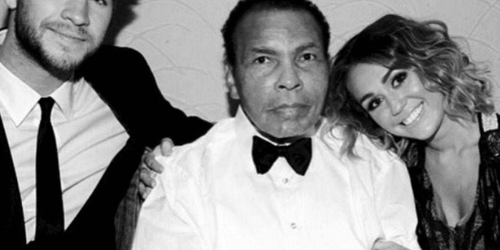 Esta fotografía de la pareja con el fallecido, Muhammad Ali, generó gran controversia entre los fans, pues es la primer imagen que ambos comparten desde su supuesta reconciliación. Foto:Instagram @mileycyrus