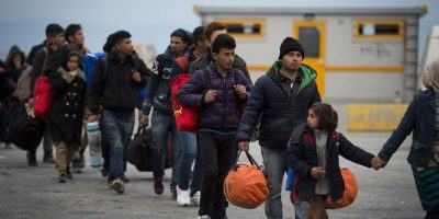 Los migrantes y refugiados de Afganistán y Siria hacen cola en el puerto griego de Mitilene antes de embarcar en un ferry para Atenas. Foto:Getty