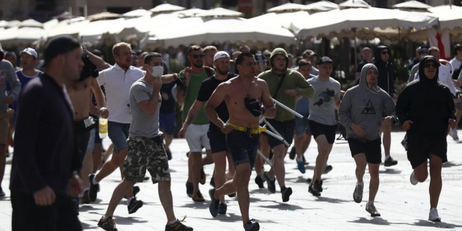 Hinchas rusos e ingleses protagonizaron fuertes peleas en las calles de Francia Foto:Getty Images