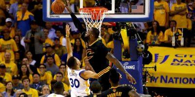LeBron James se lució con un tapón a Stephen Curry y luego tuvieron un intercambio de palabras Foto:Getty Images