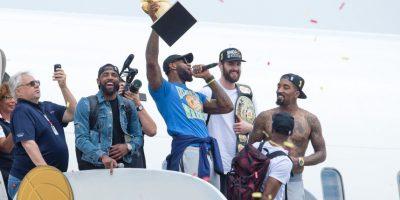 LeBron James es todo un héroe en Cleveland y cortó una racha de 52 años en el que la ciudad no conseguía ningún título profesional en deportes Foto:Getty Images