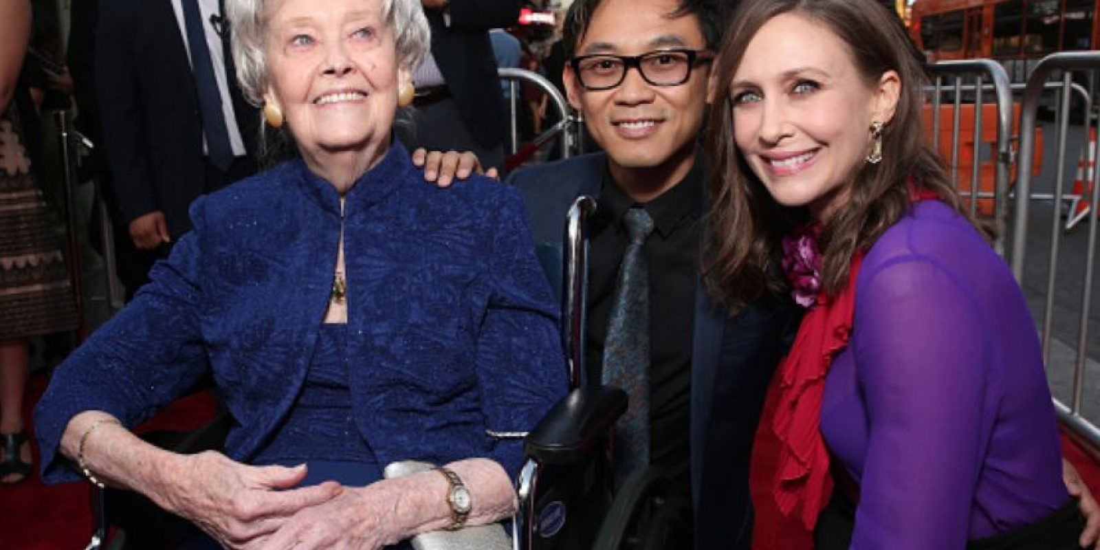 """Lorraine Warren con Vera Farmiga y el director de """"El Conjuro 2"""", James Wan. Foto:Getty Images"""