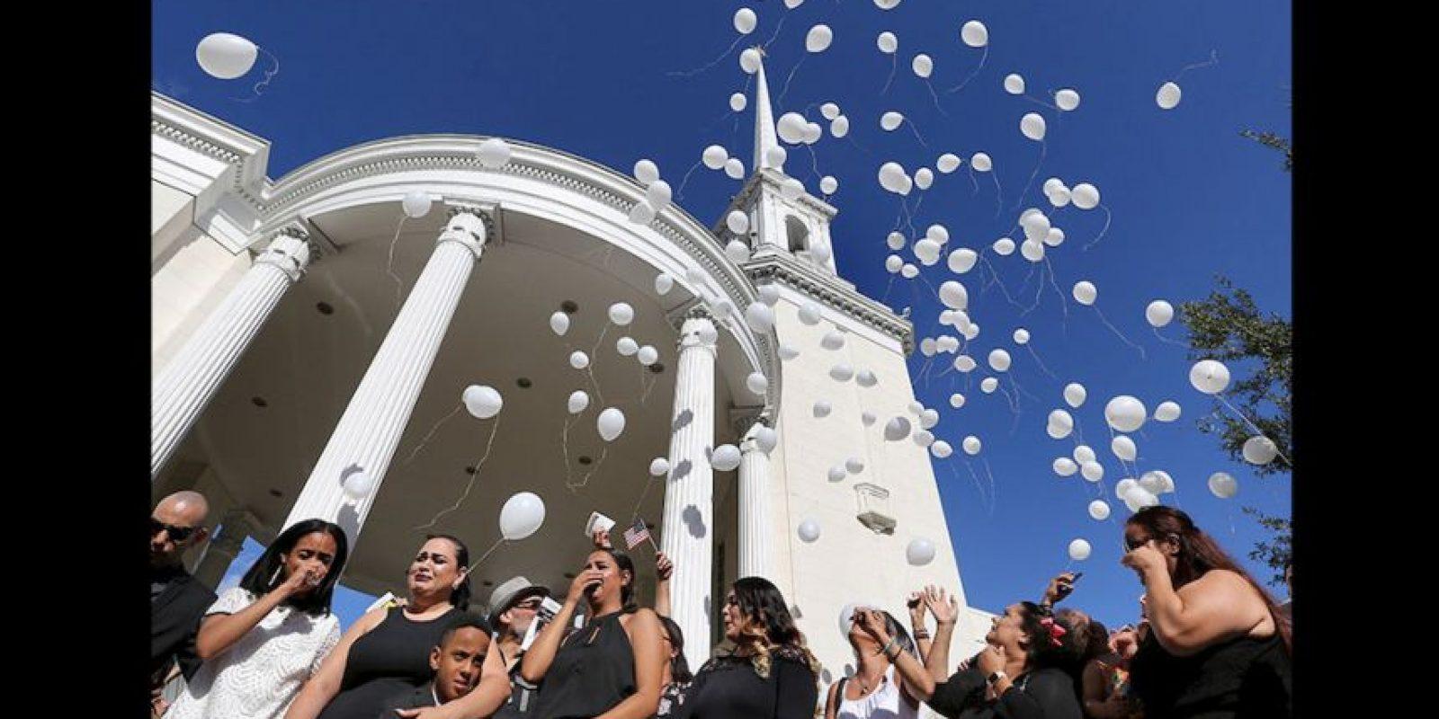 Al finalizar el servicio, su familia lanzó 49 globos blancos en honor a todas las víctimas. Foto:AP