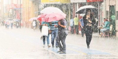 Paragua en manos; onda tropical se mantiene generando aguaceros