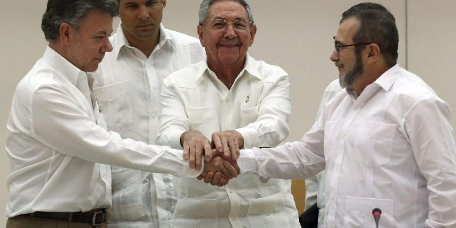 En septiembre de 2015, Santos y 'Timochenko' se dieron un histrórico apretón de manos, que se espera se concrete . Foto:EFE