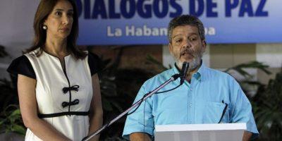 La representante de prensa del Gobierno y un representante de las FARC anunciaronla firma del acuerdo de cese al fuego y de hostiliades bilateral y definitiva. Foto:EFE
