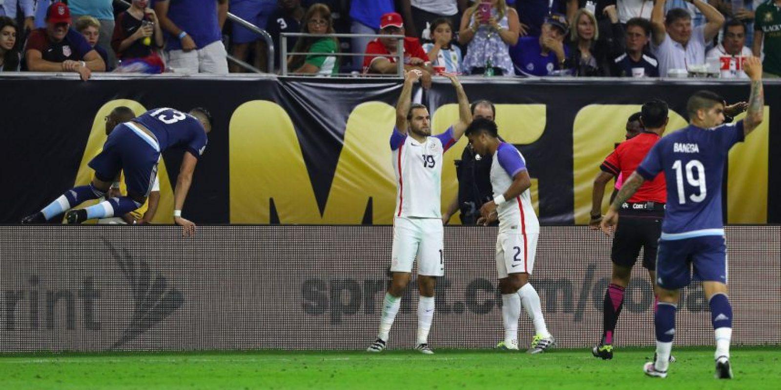 El delantero argentino cayó tras un aviso publicitario y muchos pensaron lo peor Foto:Getty Images