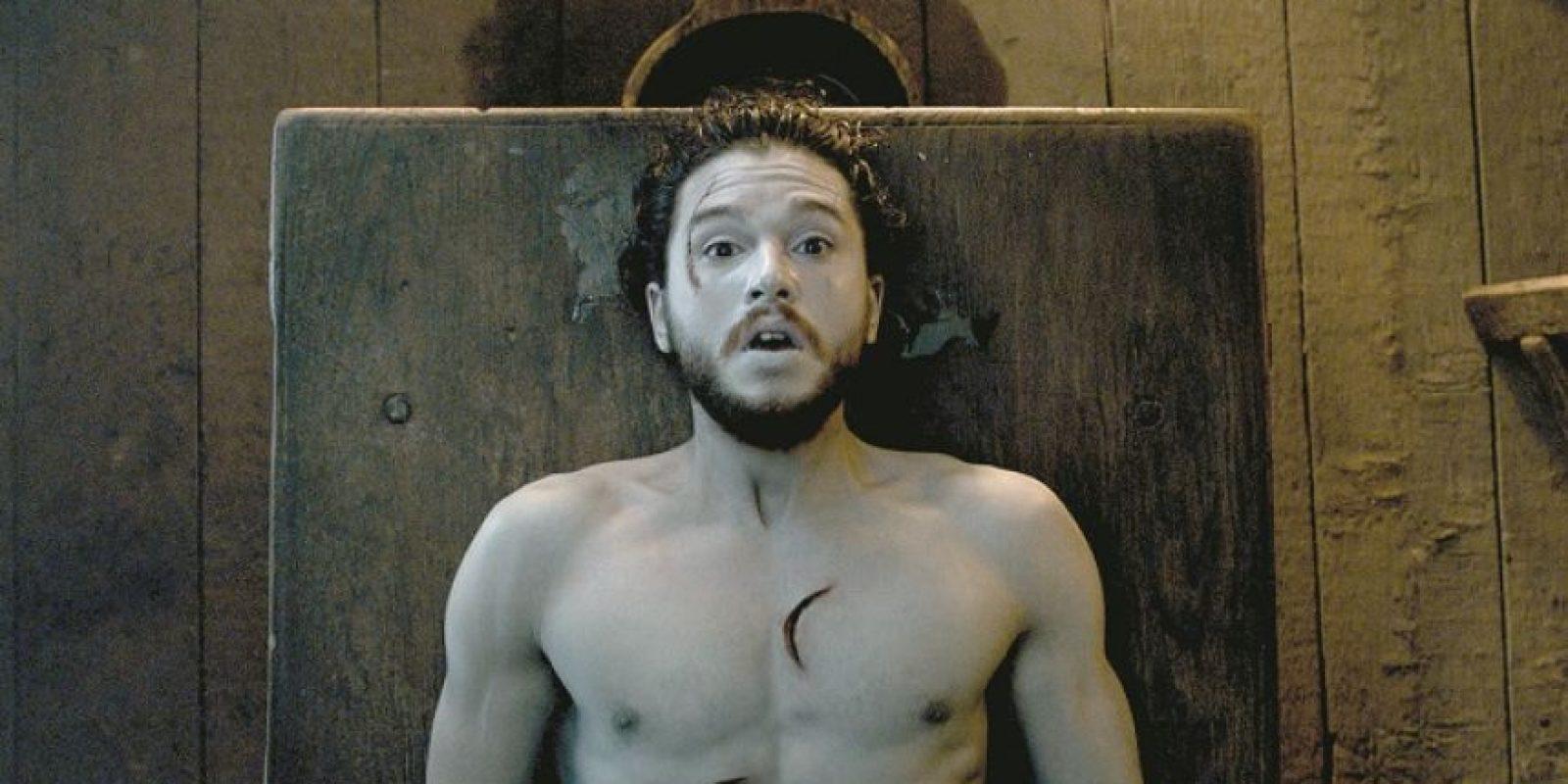 """2- Mi guardia ha terminado. Game of Thrones es famosa por no tener contemplaciones a la hora de exterminar a sus personajes principales, pero en general esas muertes suelen ser puntos de inflexión que hacen que las tramas avancen. La muerte de Jon, así como la posible muerte de Arya más adelante, no hubiesen tenido mucho sentido. Y volvió. Resucitado por la magia de Melisandre. HBO tuvo el detalle de no desvelarlo hasta el segundo episodio y así mantener un poco la intriga. Y así dejarnos una de las frases más aplaudidas por los fans: """"Mi guardia ha terminado"""". Foto:HBO"""