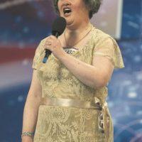 """Susan Boyle: La conocemos porque su potente voz la llevó a ganar el """"Britain's Got Talent"""", aunque su físico no correspondiera con las expectativas. Foto:Fuente externa"""