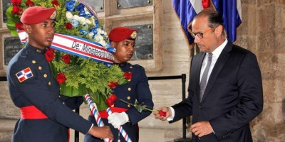 Ministerio Cultura rinde homenaje a Pedro Henríquez Ureña con ofrenda floral