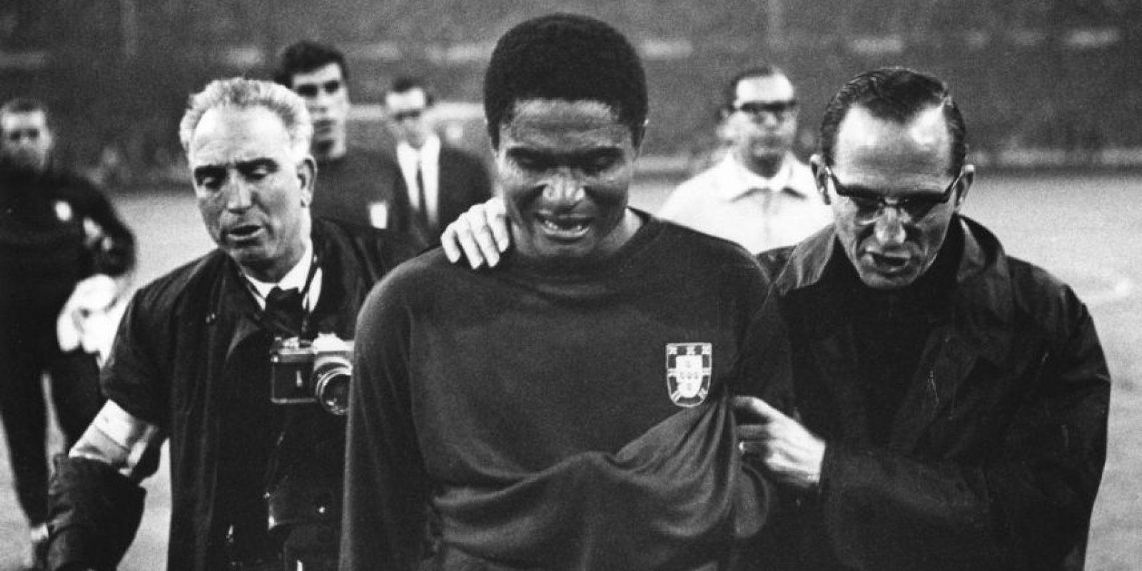 La 'Pantera' era un goleador letal y probablemente el mejor jugador que ha tenido Portugal, pese a los debates que lo comparan con Luis Figo y Cristiano Ronaldo. Con Benfica ganó todo lo que pudo y ese mismo éxito no lo pudo repetir con su selección. Acarició el título en Inglaterra 1966, pero cayó en semifinales ante el local y su premio de consuelo fue ser el goleador del torneo con 9 anotaciones. Foto:Getty Images