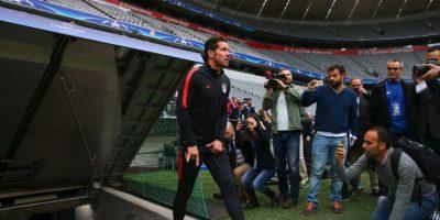 Diego Simeone es un eterno cabalero y lo demostró antes de la semifinal ante Bayern Munich, donde salió tocándose los testículos y haciendo los famosos 'cachos' Foto:Getty Images