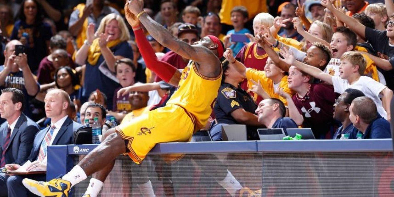LeBron en pleno partido. El jugador de los Cavaliers se acercó a un niño, le quitó el celular y se tomó una selfie con él y todos sus amigos en pleno partido. Ellos no pudieron creer al principio lo que ocurría, pero ahora tendrán grabado ese momento. Foto:Fuente externa