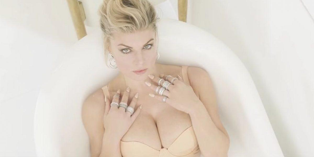 Fergie y Kim Kardashian se bañan en leche en nuevo video