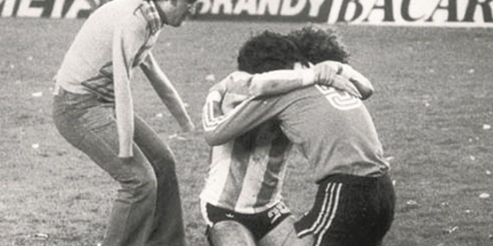 3. ¡Abrazos! b. Este abrazo con el alma de Víctor Dell'Aquila, en un partido de fútbol en 1978. Foto:Fuente externa