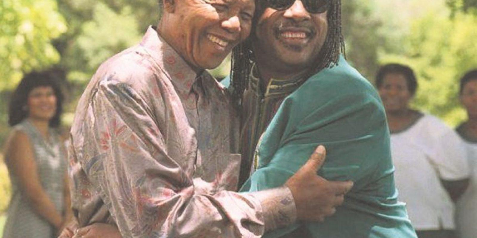 3. ¡Abrazos! a. Mandela era famoso por sus abrazos. Aquí junto a la estrella Stevie Wonder. Foto:Fuente externa