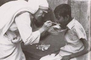 4. ¡A otro nivel! Madre Teresa de Calcuta.a. Malia, la hija mayor de Barack y Michelle Obama, escucha a su padre cantarle cumpleaños. Foto:Fuente externa