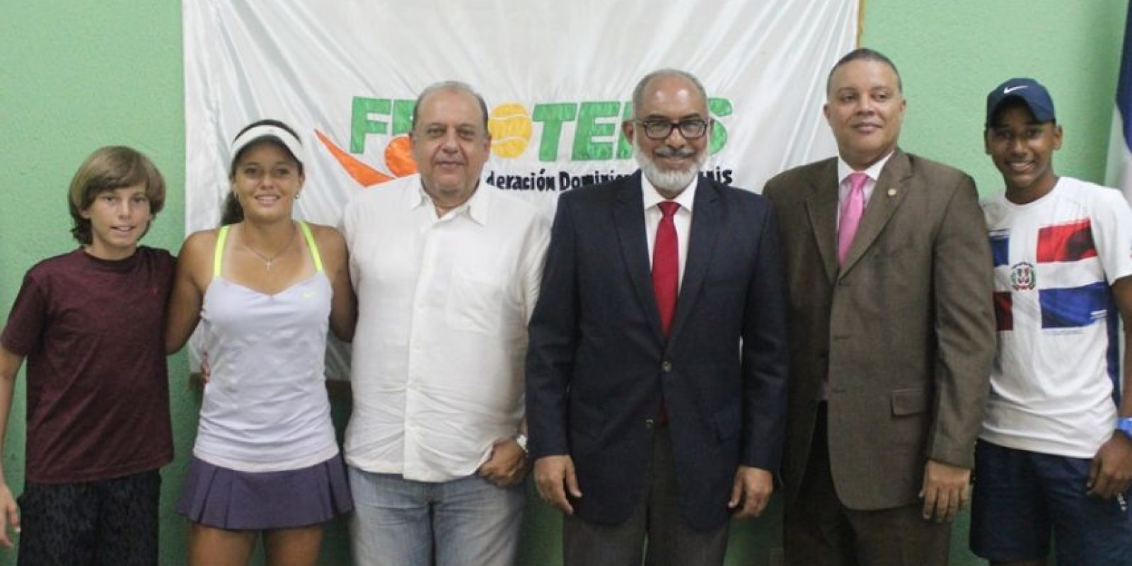 Miguel Delgado (izquierda), encargado de comercialización de la Copa Merengue y Persio Maldonado, presidente de la Federación Dominicana de Tenis (Fedotenis). Foto:Fuente externa